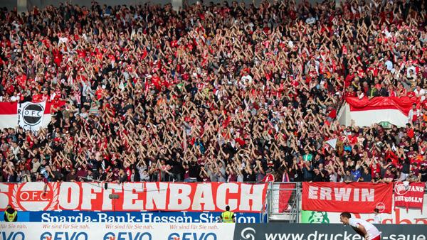 Grada de animación del Kickers Offenbach. Foto: kollektiv71.org